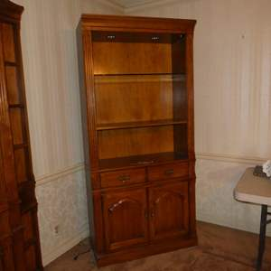 Lot # 87 - Thomasville Furniture Lighted Shelf Cabinet (Dovetailed Drawer)