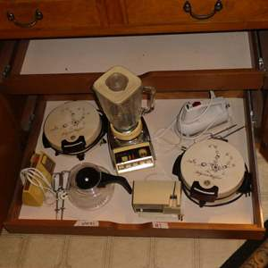 Lot # 7 - Small Vintage Kitchen Appliances/Tools