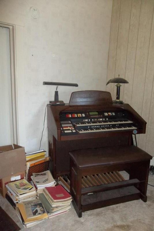 Hammond XH-272 Elegante Organ & Sheet Music (main image)