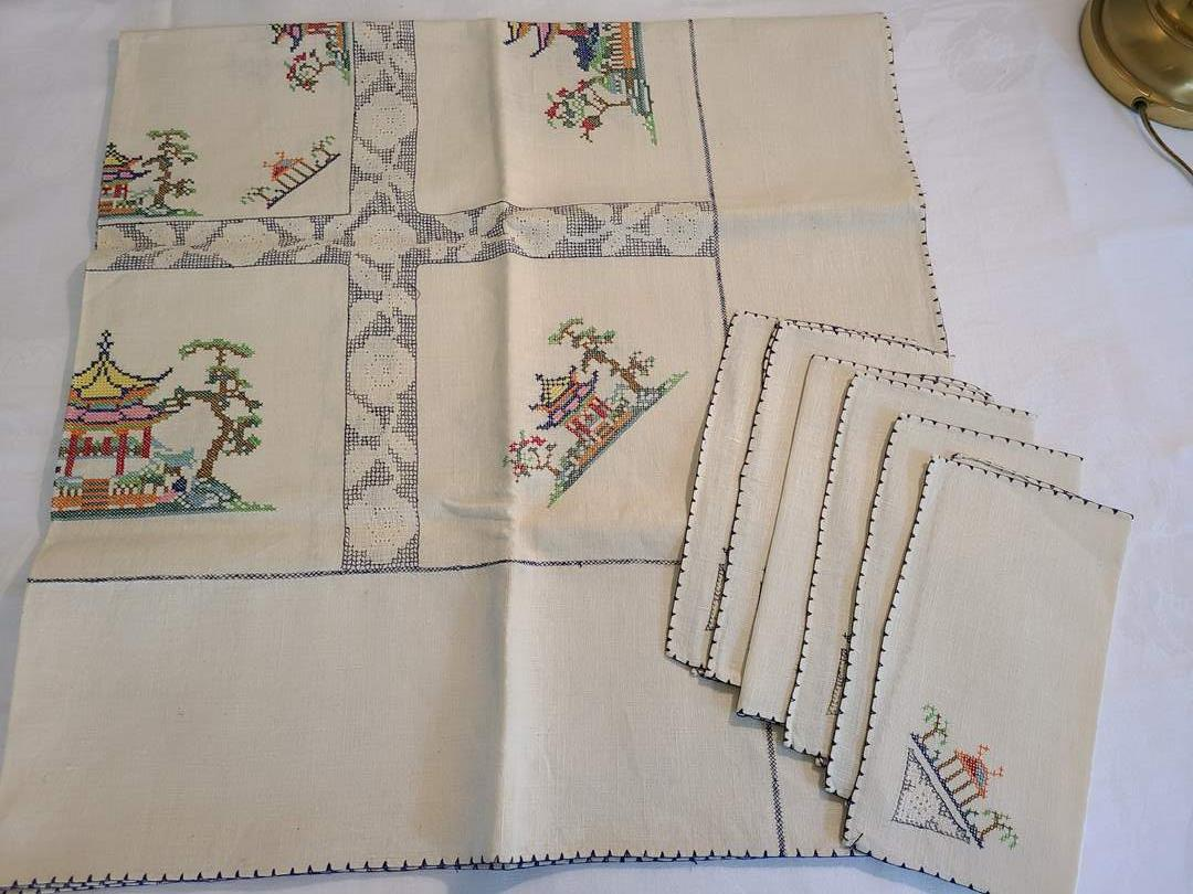 Lot# 65 - Gorgeous Tablecloth with 6 Matching Napkins * Like new or new  (main image)