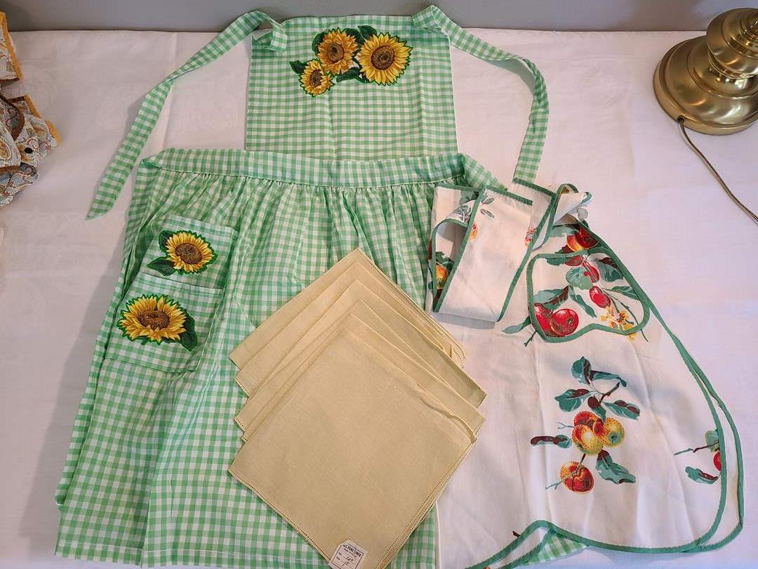 Lot# 68 - 2 Vintage Aprons and new Linen Napkins (main image)