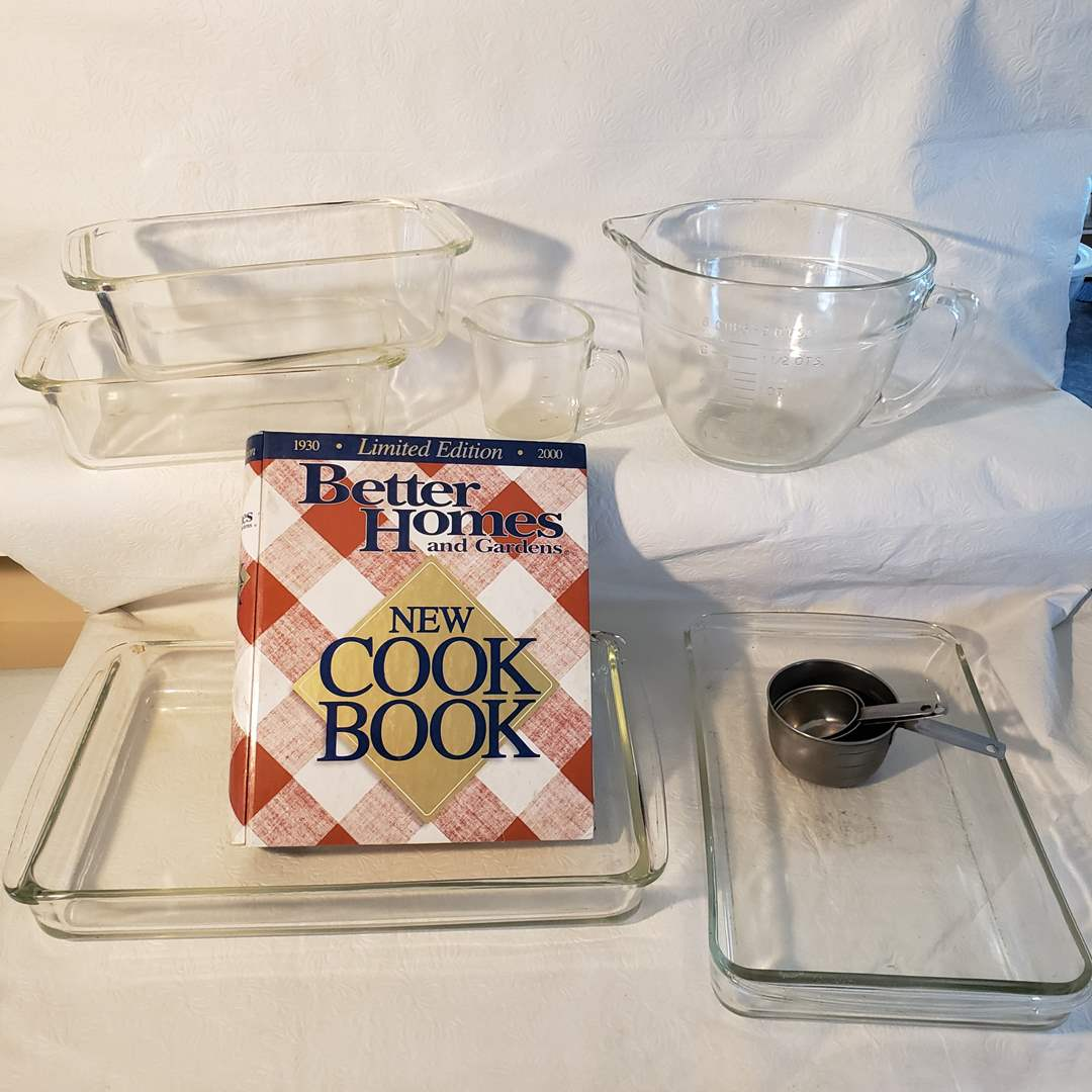 Lot#39 - Pyrex and Better Homes Clear Glass Mixing and Baking Lot * 2 Measuring Cups *  (main image)