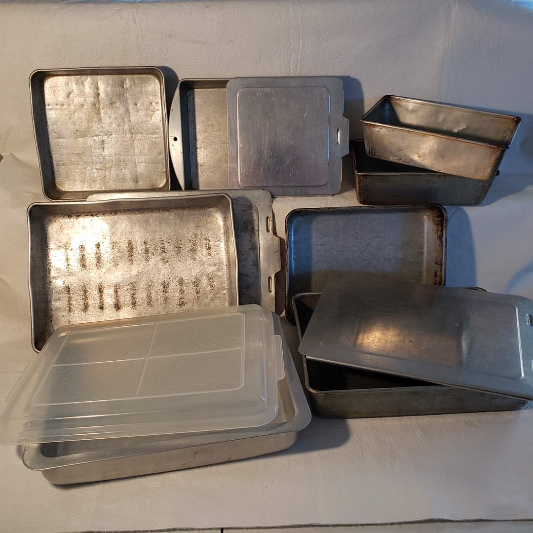 Lot#40 - 7 Metal Baking Pans with 3 Lids (main image)