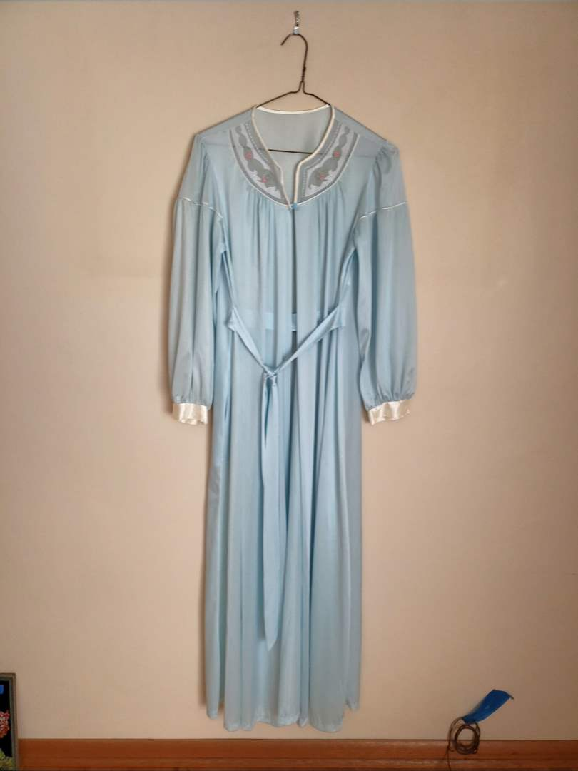 Lot # 87 - Gorgeous Vintage Women's Bathrobe * In Excellent Condition * Clothing (main image)