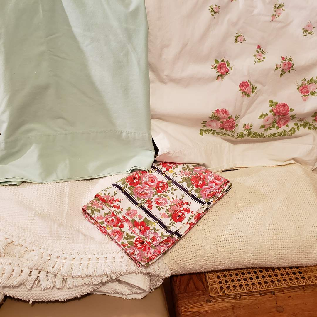 Lot # 121 - 2 Vintage Bedspreads * 2 Flats Sheets * 2 Pillow Cases (main image)