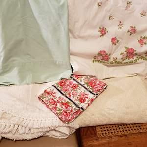 Lot # 121 - 2 Vintage Bedspreads * 2 Flats Sheets * 2 Pillow Cases