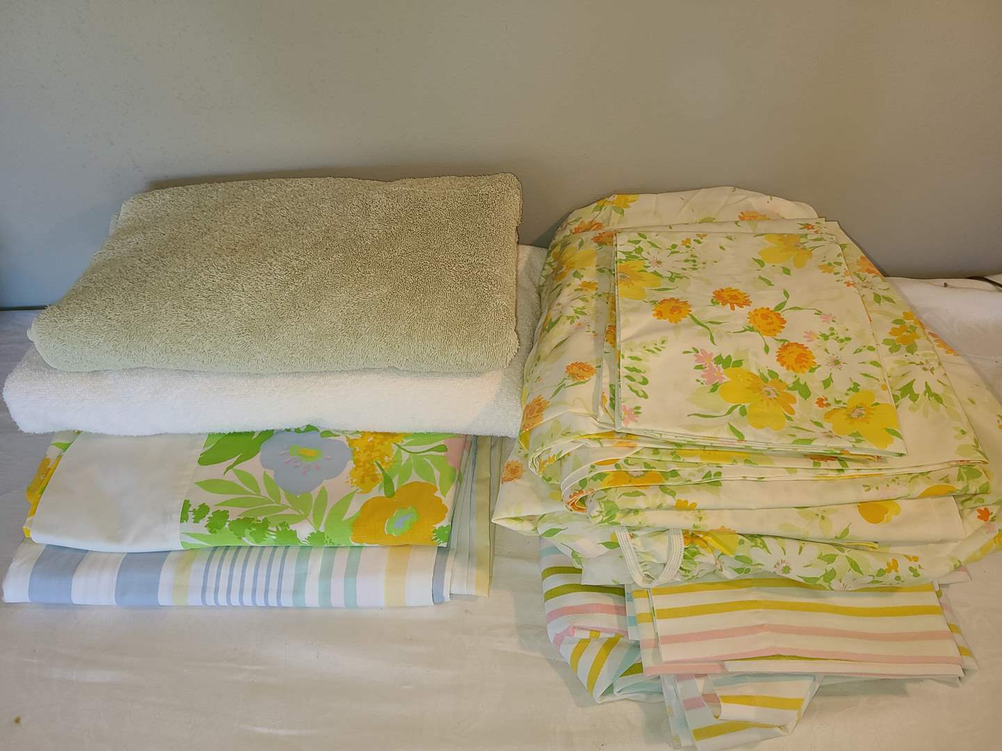 Lot # 126 - 2 Double Vintage Sheet Sets * Misc. other double flat sheets * 2 Bath Towls (main image)