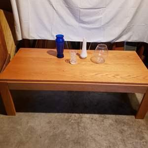 Lot # 140 - Oak Coffee Table * 4 Vases