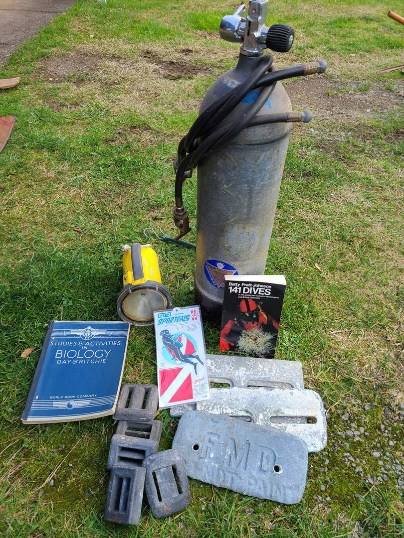 Lot # 10 - Scuba Dive Lot * Tank (Old...needs to be certified) * Dive Book * Decal / Sticker * Belt Weights (main image)