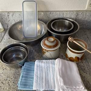 Lot # 11 - Kitchen Lot / Bowls & Towels