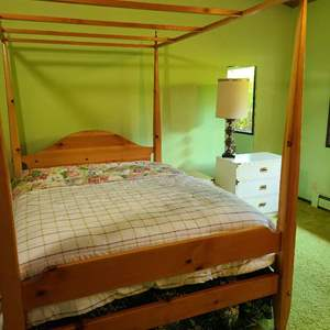 Lot # 189 - Pine Queen 4 post bed frame * Furniture