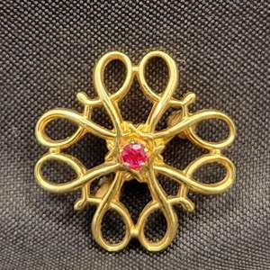 Lot 84 - Vintage (R 1/10th) 10Kt Yellow Gold & Ruby Brooch 16X16mm/Service Award pin given to top AVON salespeople c.1970s
