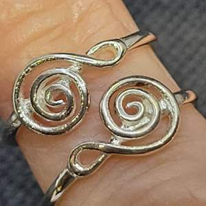 Lot 91 - Vintage Treble Clef Sterling Silver Rings, size 6 and size 7