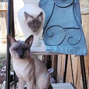Lot #MW17 - Three Cats Lot ~ I love it~ Tall Vase, Wall Hanging and Statue