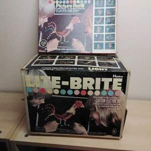 Lot #MW134 - 1973 Lite-Brite with Lots of Pegs and Paper Designs ~ WORKS!