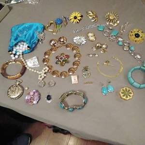 Lot # EL176 - 40 Pc Costume Jewelry Lot ~ Brooches, Earrings, Pendants Pins and other
