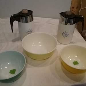Lot #LH318 - 3 Vintage Pyrex Mixing Bowls and 2 Corning Ware Electric Percolators