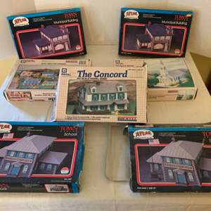 Lot #160 - Vintage 1980's Atlas and Patel HO Scale Model Homes and Buildings