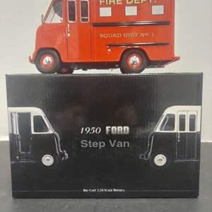 Lot# 39 - Unique Replicas 79201 1950 Ford Step Van 1:24