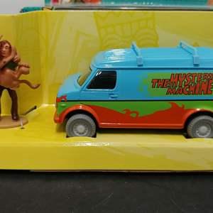 Lot# 71 - Corgi # cc87503 WB Scooby Doo The Mystery Machine w/ Hand Painted Resin Figurine * 1:36