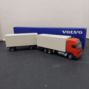 Lot# 82 - VOLVO 174210 FH16 Globetrotter XL 6x2 Truck with Van Trailer
