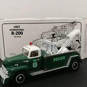 Lot# 126 - First Gear # 19-1195 '57 International R-200 Tow Truck * NY Police * 1:34