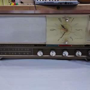 Lot #EL65 - Vintage Silvertone Radio