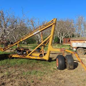 Auction Thumbnail for: Lot 165 - Tree Squirrel Hydraulic 25' Pruning Tower - Runs