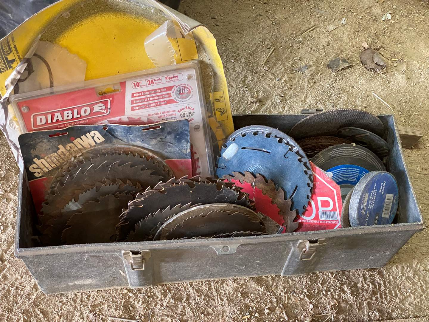 Lot # 333 - LARGE LOT OF SAW BLADES AND DISCS (main image)