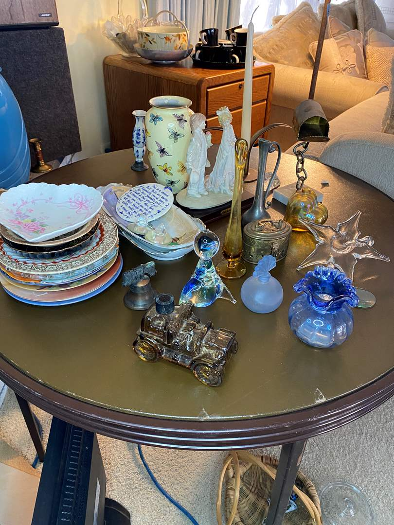 Lot # 51 - MISC DECOR AND SMALL FIGURINES (main image)