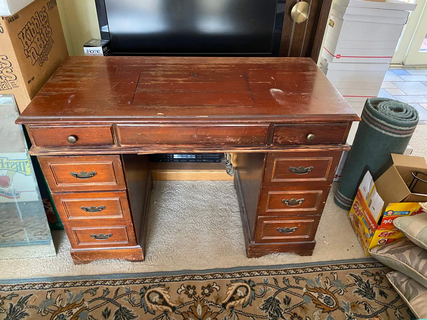 Lot # 106 - SINGER SEWING MACHINE IN CABINET (main image)