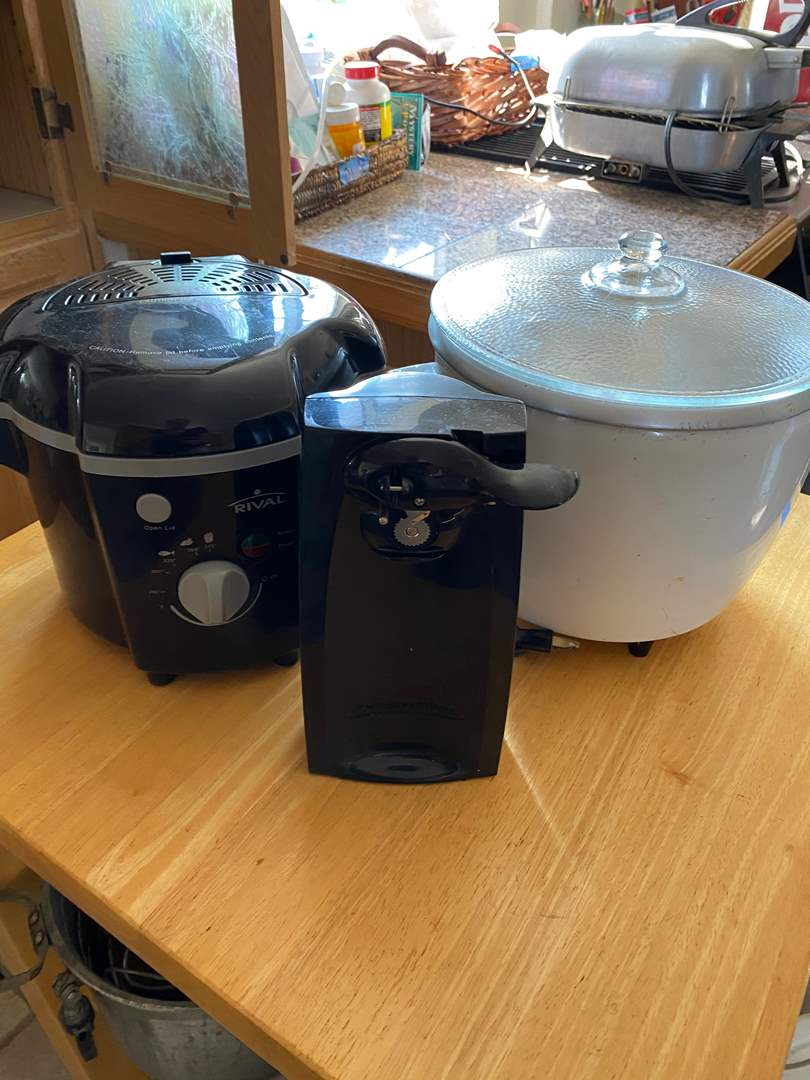 Lot # 253 - RICE COOKERS & CAN OPENER (main image)