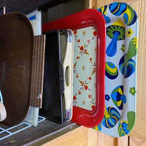 Lot # 45 - KITCHEN - PLATTERS, TRAYS AND COOKING SHEETS