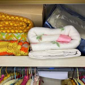 Lot # 80 - VINTAGE BLANKETS AND THROWS