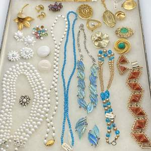 Lot # 132 - VINTAGE JEWELRY IN GLASS-TOP DISPLAY CASE