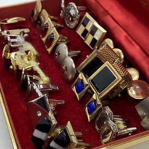Lot # 13 - VINTAGE MEN'S CUFFLINKS IN A LEATHER BOX