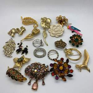 Lot # 32  -  20  VINTAGE BROOCHES & PINS
