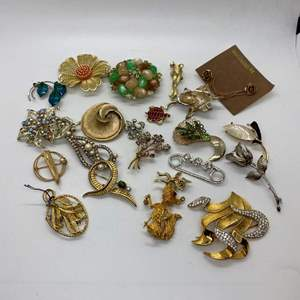 Lot # 35  -  22  VINTAGE BROOCHES & PINS