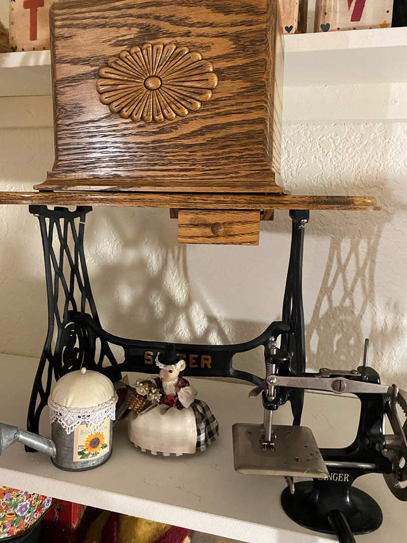Lot # 322  - Mini Singer Sewing Machine and Decor Items (main image)