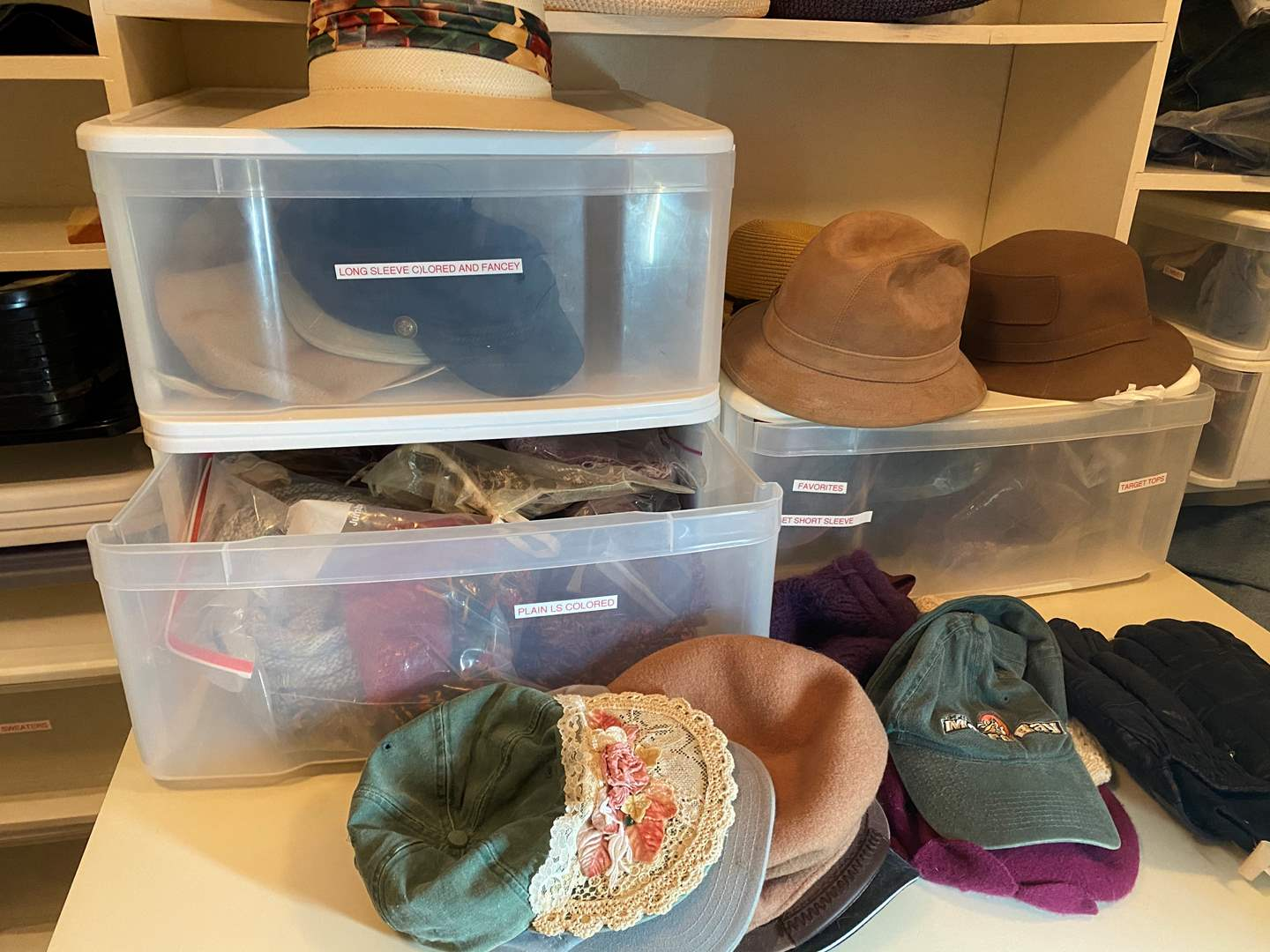 Lot # 464 - Hats, Scarfs and Gloves (main image)