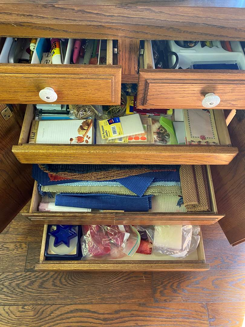 Lot # 711 - Goods From 5 Kitchen Drawers (main image)