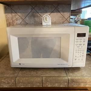 LOT # 18 - GE Sensor Microwave Oven / Timex Kitchen Timer