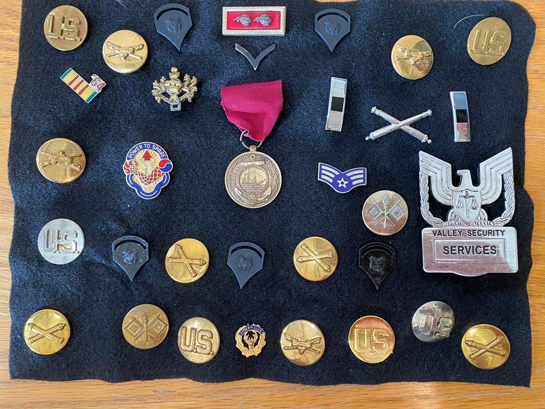 Lot # 10 - Military buttons & Pins (main image)