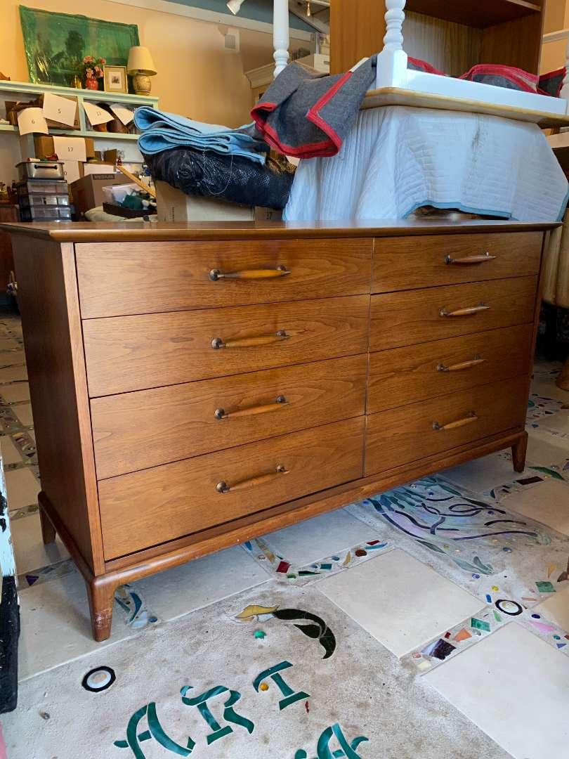 Lot # 100 - Henredon Mid-Century 8 Drawer Dresser with Mirror  (main image)
