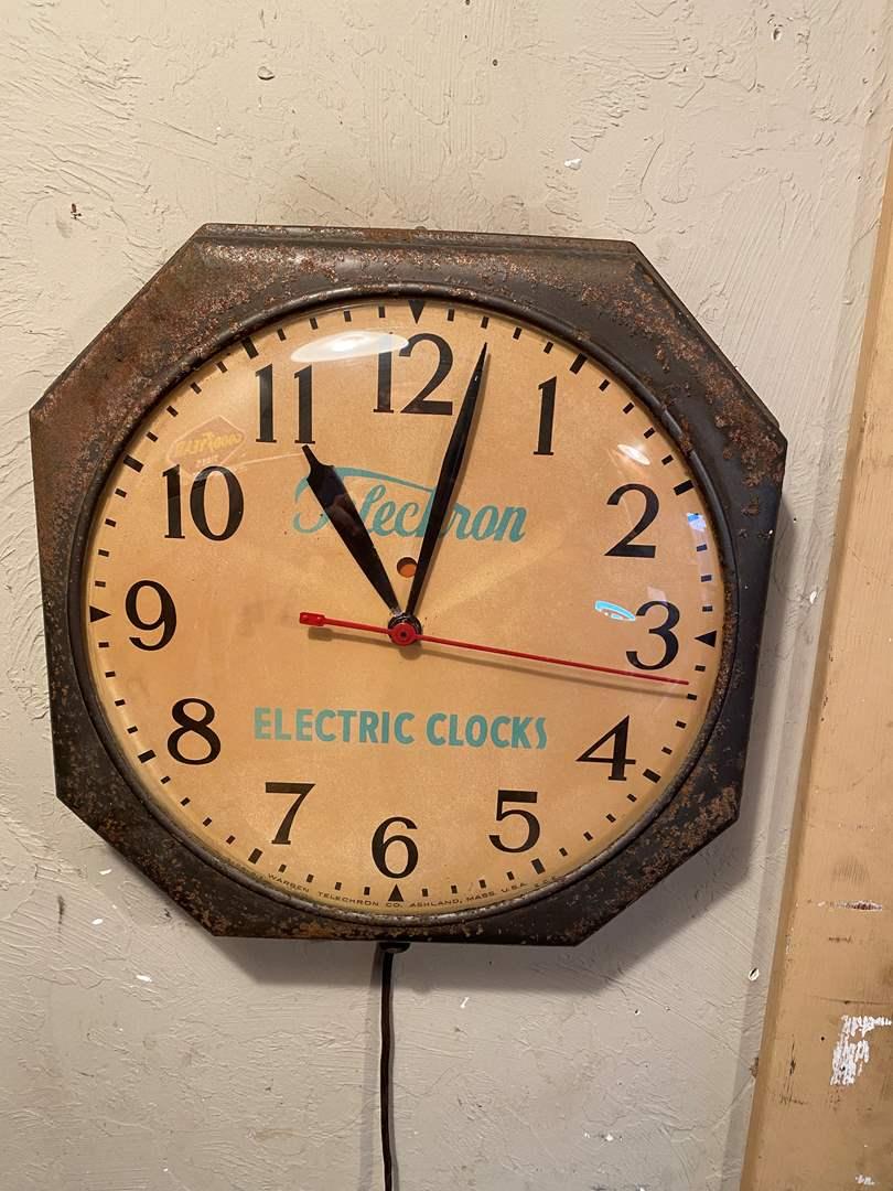 Lot # 18 - Vintage Clock (main image)