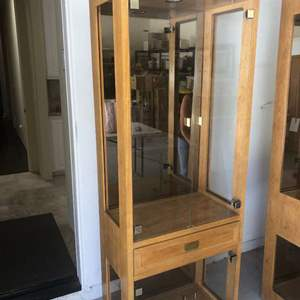 Lot # 32 - Thomasville Glass Display Case with 4 Glass Shelves Matches lot 31