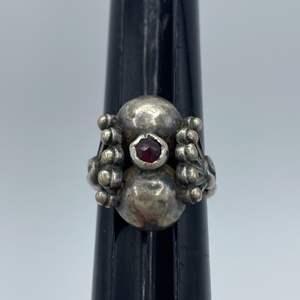 Lot # 10 - Garnet cushion cut and silver ring (5.7g)