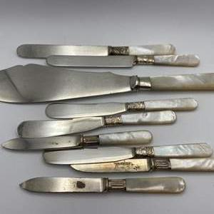 Lot # 150 - Sterling knives with mother of Pearl handles (309g)