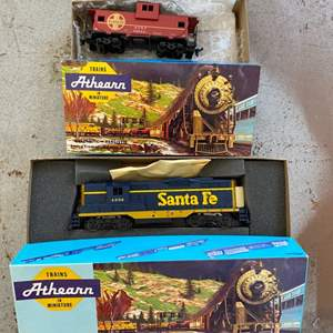 Lot # 62 - Santa Fe engine with caboose, HO scale