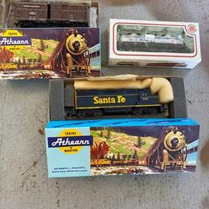 Lot # 63 - Santa Fe engine with two cars, HO scale